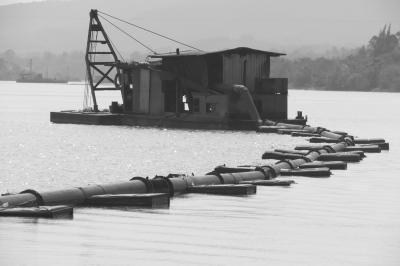 万泉河琼海蓝山至官塘河段,大型机械设备不分昼夜疯狂采砂