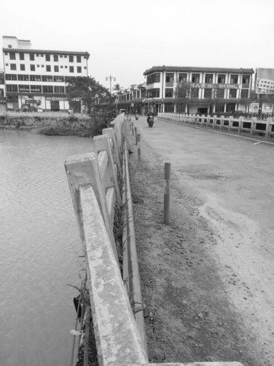 琼海:文曲桥护栏倾斜严重居民过桥心慌慌