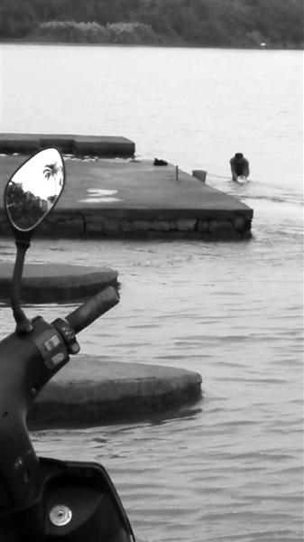 男子在琼海万泉河嘉积大坝裸体洗澡 有伤风化