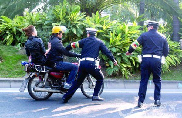 琼海2名男子驾摩托车强行冲卡拒检 被依法行政拘留
