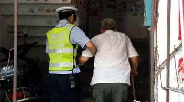 老人外出迷路 琼海交警帮忙找到家人送其回