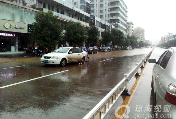 """暴雨!琼海人民路变""""汪洋 """" 多辆车被困半小时(图)"""