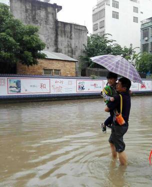 一场暴雨嘉积多处积水   居民:何时摆脱水淹困扰?
