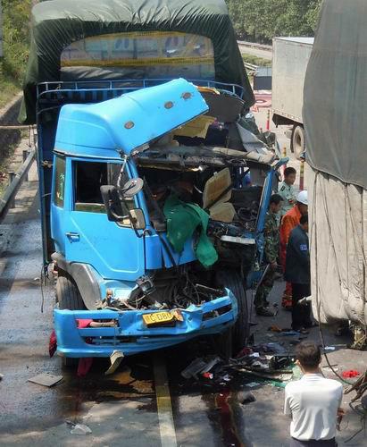 今凌晨环岛高速琼海段发生惨烈车祸 已造成7死1伤