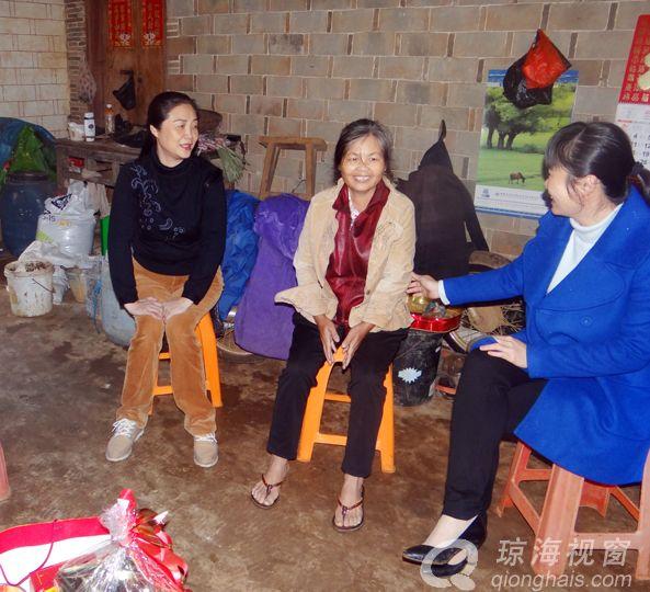 琼海市妇联主席陈海燕到大路慰问患病妇女