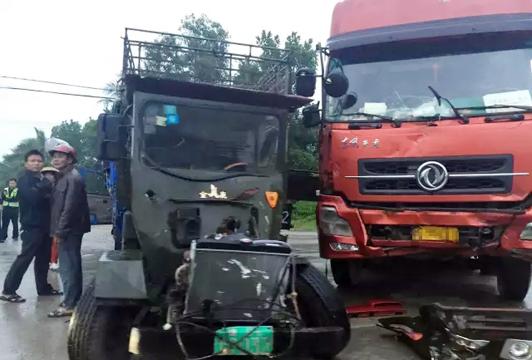 【车祸】长坡至潭门路段 一大货车和拖拉机相撞 现场惨烈