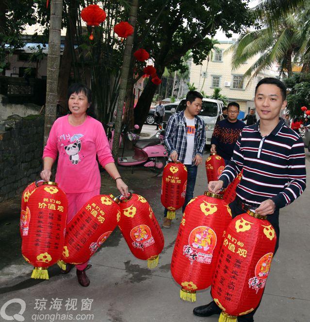 迎春节,嘉积镇送灯笼到群众家, 百姓喜过年