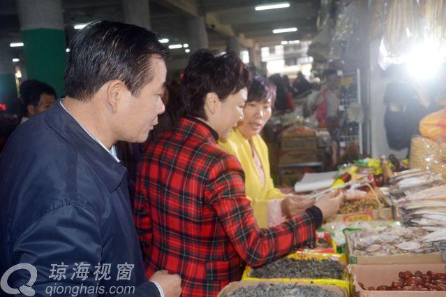 保平安,琼海市长宁虹雯亲自出马检查节日市场