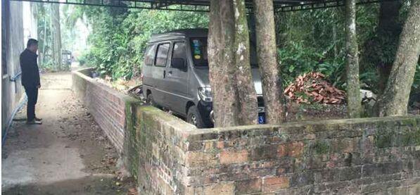 太霸道!琼海一村民砌墙围住邻居私家车,两年不能出