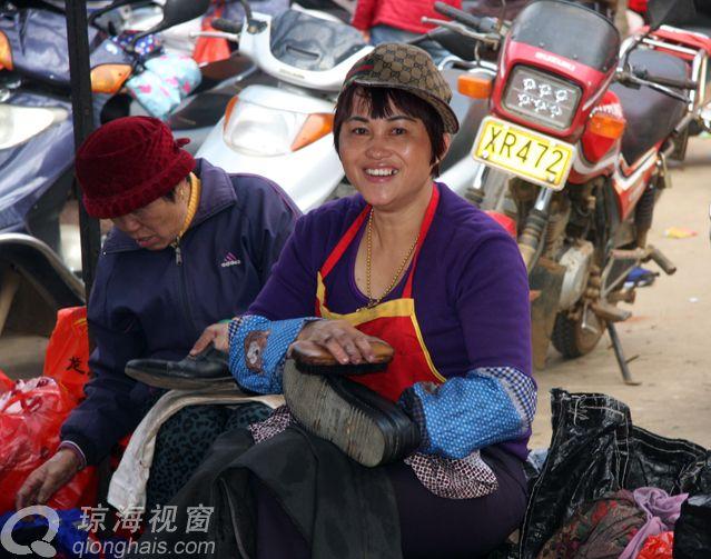琼海妇女李春苗擦皮鞋服务好受青睐(图)
