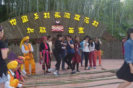 """琼海人社系统庆""""三八"""",党员干部与妇女同欢乐"""