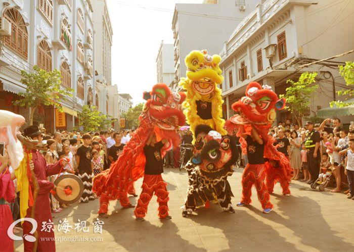 琼海新民街展现印尼风情舞、扭秧歌热闹非凡