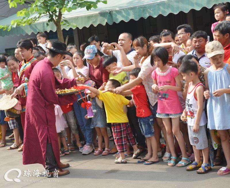 琼海嘉积新民老街开市, 市民学童欢乐过节日
