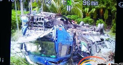 大卡车爆胎冲下高速路 琼海两妇女被脱落车轮压死
