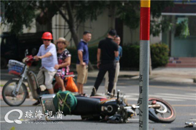 车祸现场,  琼海两车相撞,摩托车头被撞烂