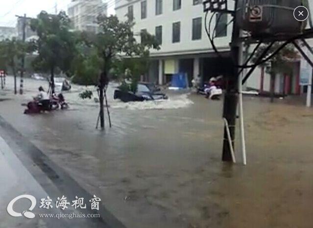 琼海突降暴雨多处如海,警方及时疏导交通受赞(组图)