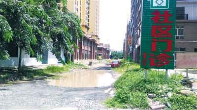 """琼海万泉河经贸旅游区8号路 改造停工成了""""半拉子路"""""""