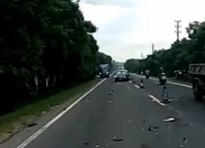琼海长坡某路段发生交通事故,三人受伤