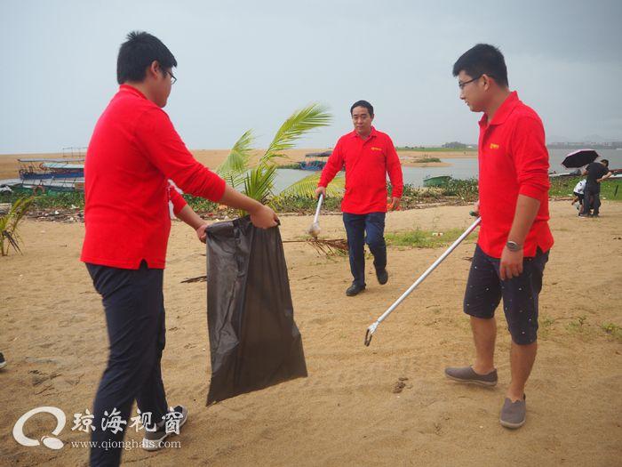 倡导绿色城市打造洁净海滩 博鳌机场志愿者开展环保公益活动