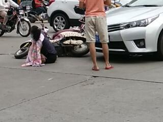 琼海:网友爆料市人民医院东北门对面交通事故、事主痛得直呻吟