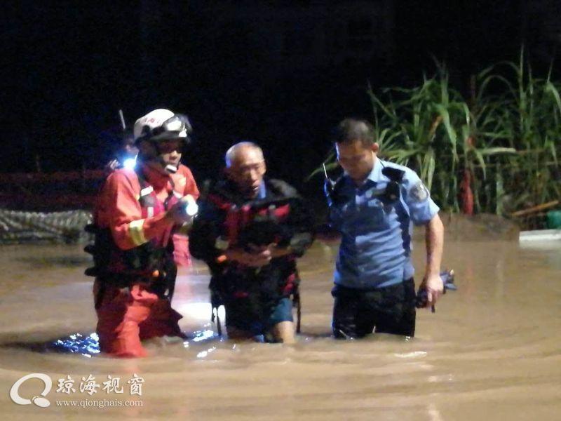 老人熟睡小木屋被困水中 海南琼海消防及时营救
