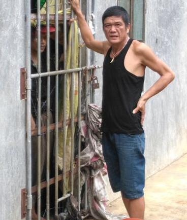 琼海一哥哥没钱医治弟弟将其锁10平米房间两年多