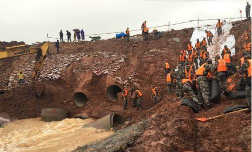 琼海博鳌机场排洪沟防护堤出现险情 部队官兵紧急抢险