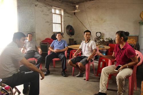 市人大工作组到潭门镇回访慰问贫困户