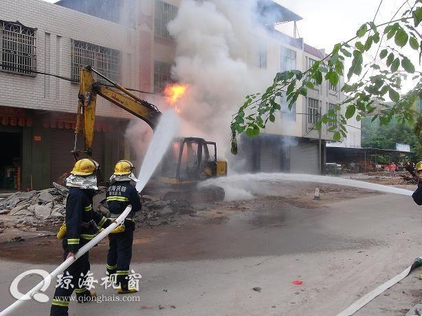 琼海市区一挖掘机着火被扑灭 现场无人员伤亡