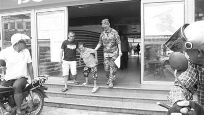 驻琼海部队前往长坡镇伍园村扶贫帮困 送猪仔给老人 资助7特困生上学
