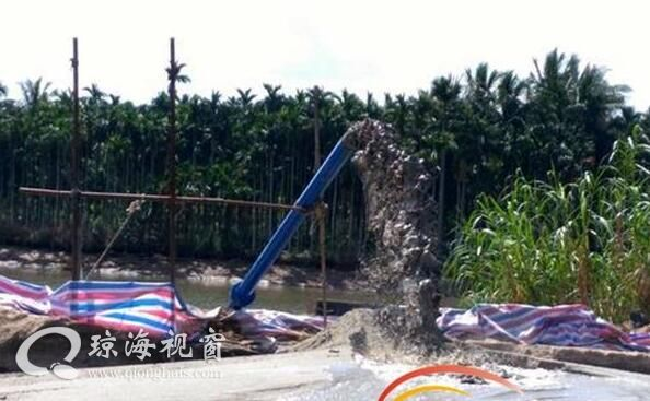 琼海泮水河采砂点胆子忒大 昨天被曝光今天仍在采(图)