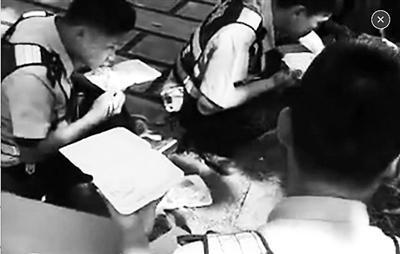 琼海协警下午2点蹲路边吃盒饭 图片在网络上热传
