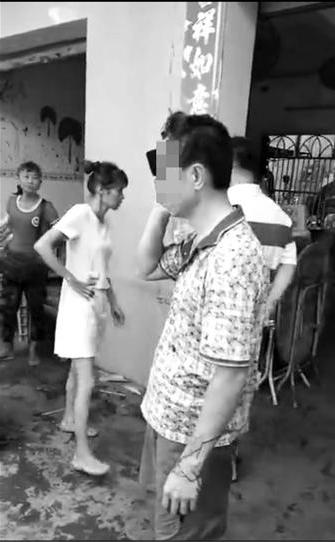 琼海潭门城管清理占道经营遭遇无理阻挠 茶店老板后悔所作所为