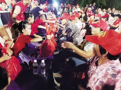 """琼海龙山村有个""""爱心群"""" 自发捐款近10万元,扶贫帮困情暖村民"""