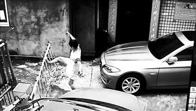 开车进入停车场出不去 琼海女子一怒折毁自动门