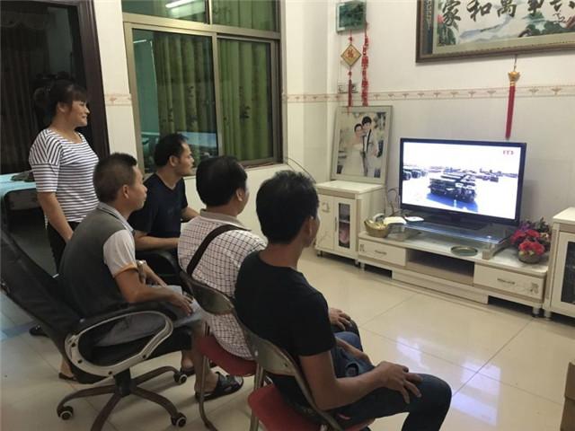 激发爱国热情,琼海烟塘中学组织观看建军90周年阅兵仪式