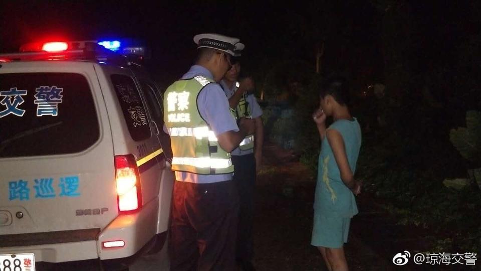 琼海:小孩夜行高速,交警及时转移