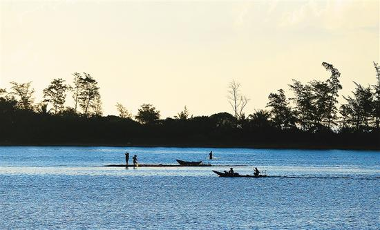 清晨,琼海博鳌镇玉带滩景观。海南日报记者 张杰 摄