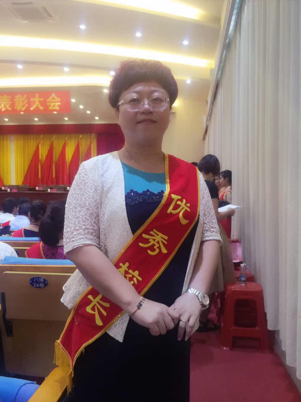 琼海隆重举行第33个教师节表彰大会,何琼妹出席并讲话