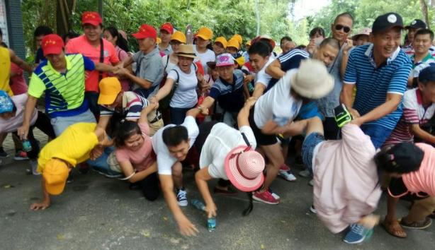 """潭门镇中心校举行""""勇攀高峰 喜迎国庆""""教师登山健身活动"""