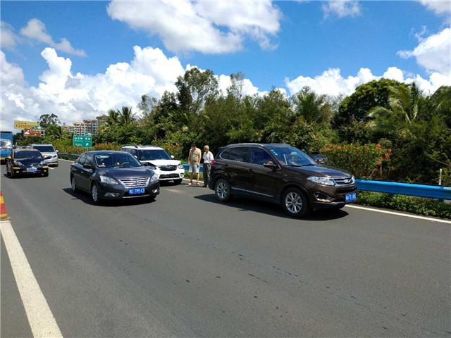 """琼海:高速路减速看热闹,两车追尾被""""同框"""""""