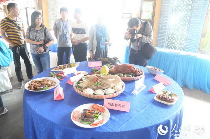 媒体记者在琼海体验田园生活,采访农家菜文化
