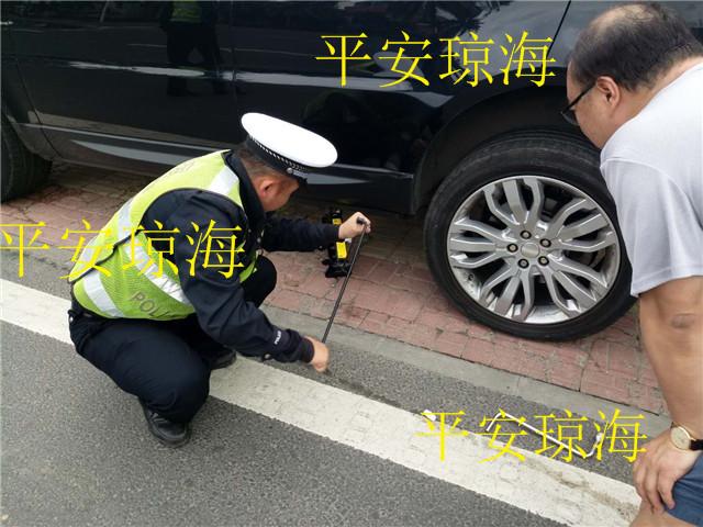 车辆半路爆胎急坏车主,交警帮忙换胎为民解忧
