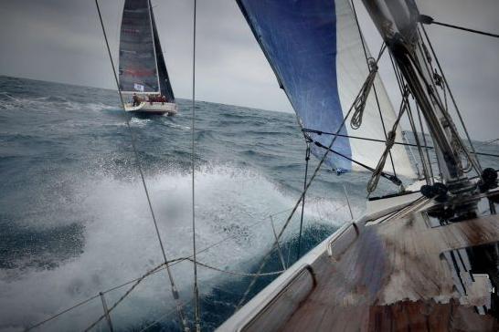船队在惊涛骇浪里艰难挑战。强全义 摄