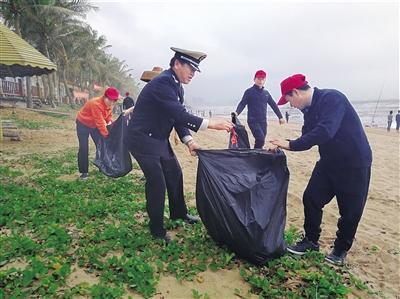 """琼海博鳌中学联合环保局等志愿者开展""""洁净海滩""""行动"""