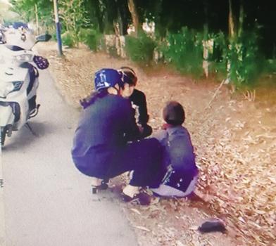 琼海六旬阿婆不慎滑倒路沟站不起来 三青年联手施救助她回家