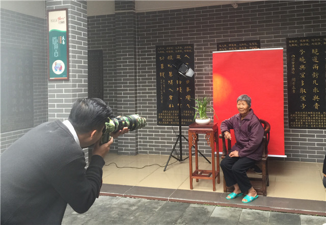 尊敬老人 弘扬孝道 琼海永美摄影人免费为老人拍肖像