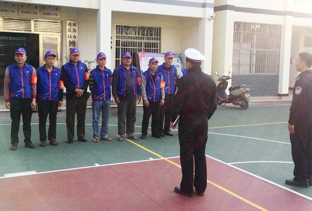 琼海交警组织交通志愿者参加春节元宵期间交通劝导工作