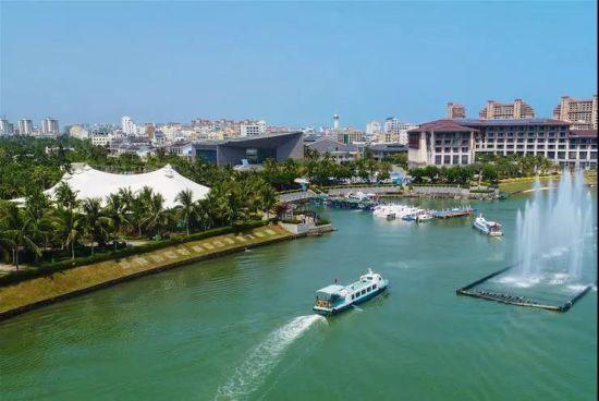 游船驶过博鳌亚洲论坛成立会址 新华社记者 杨冠宇 摄
