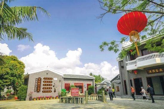 博鳌镇南强村独具南洋风格的特色民居吸引着宾客前来参观游览 阮琛 摄